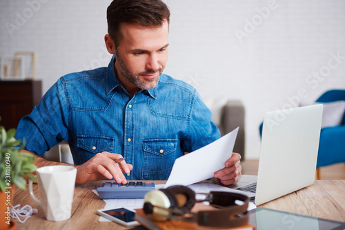 Fotografía  Businessman calculating his monthly expenses