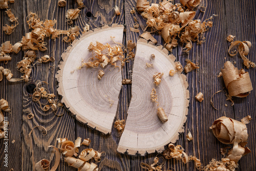 Photo Wood shavings and Ashen tree cross section on the carpenter's workbench close up