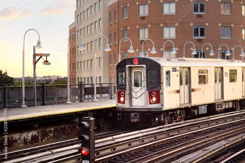 Cadres-photo bureau New York City New York subway train arrives at the station.