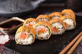 Smażona na gorąco Sushi Roll z łososiem, awokado i serem. Menu sushi. Japońskie jedzenie.