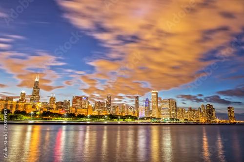 Photo Stands Chicago Skyline after Sunset from Adler Planetarium Skyline Walk