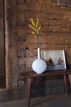 Blume In Weisser Porzellan Vase Vor Bild Mit Segelbooten Und Alter Holzwand