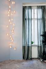 Grosse Hänge Lampe Neben Fenster Mit Silbrig Grünen Transparent Vorhängen Vor Fenster