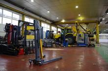 Engin De Chantier Ou Routier Dans Garage Et Atelier Mécanique De Répartion