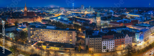 Fotografie, Obraz  Panorama von Hannovers Innenstadt zur blauen Stunde