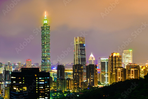 Foto op Plexiglas Stad gebouw Taipei city skyline and downtown buildings with skyscraper at Twilight time in Taiwan