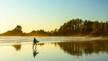 Ein Surfer Geht An Einem Stran...
