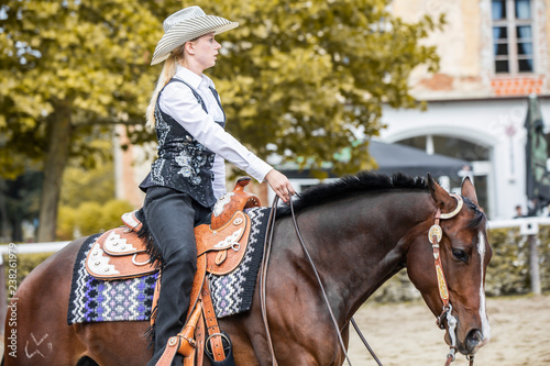 Fotografía Beautiful cowgirl riding horse with one hand
