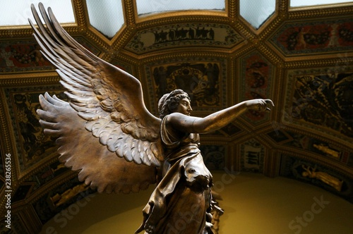 Foto  Winged Victory ancient sculpture of Nika