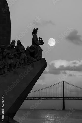 Papiers peints Con. ancienne Monument to the Discoveries and 25th April Bridge Lisbon, Portugal, Europe. Black and White picture. Twilight Moon