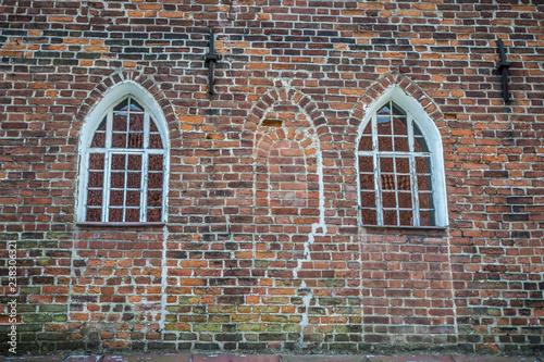 Papiers peints Con. ancienne Two lancet windows on ancient brick wall
