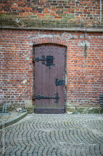 Papiers peints Con. ancienne Ancient wooden door with iron forged hinges in wall of red bricks