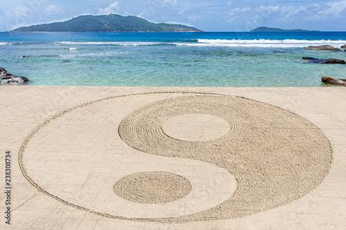 symbole yin yang sur route côtière à anse Bananes, la Digue, Seychelles Wallpaper Mural