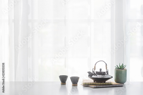 Foto  Japanese ceramic tea pot and tea cup  on table