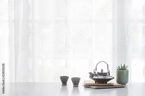 Foto  Japanese ceramic tea pot and tea cup  on table