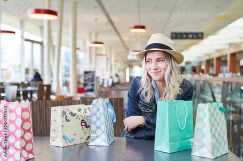 Fotografía  Blonder weiblicher Teenager lächelt zufrieden