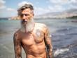 canvas print picture - Nahaufnahme eines bärtigen Mannes am Meer