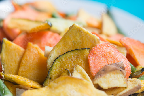 Fotografía  Chips de légumes séchés et salés pour l'apéritif