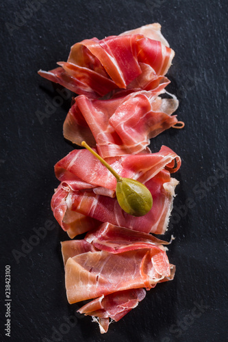 Foto  Serrano ham platter with variation of appetizers