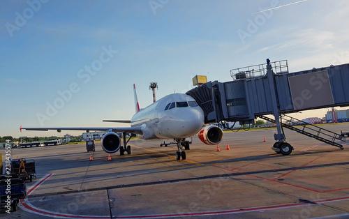 Zdjęcie XXL Samolot w terminalu lotniska do wsiadania