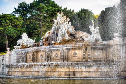 Der Neptunbrunnen im Schloßpark von Schloß Schönbrunn in Wien