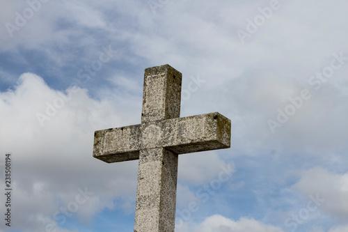 Fotografie, Obraz  Cruz de piedra en un cielo claro