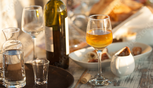 Photo  wine glasses and a bottle on a table