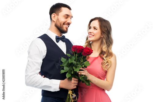 Fotografia valentines day, relationships and people concept - happy couple with bunch of fl