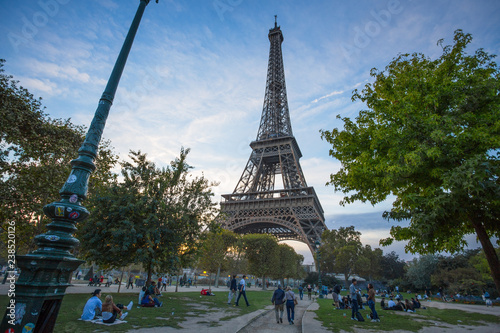Fotografia  PARIS, FRANCE, SEPTEMBER 5, 2018 - View of Tour Eiffel from Champ de Mars in Paris, France