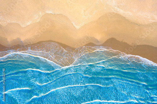 blekitne-morze-na-plazy-widziane-z-gory