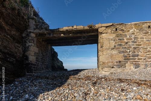In de dag Rudnes Pont digue en ruine vers une ancienne usine électrique sur l'Îlot du Diable à Roscanvel (Finistère, France)