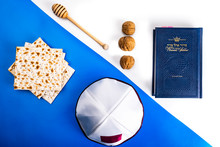 Kultura żydowska. Symbole Religii I Kultury żydowskiej Na Tle Barw Flagi Izraela