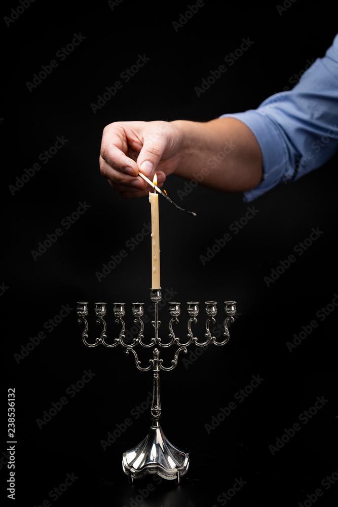 Fototapeta Chanukija dziewięcioramienny świecznik żydowski zapalany podczas święta Chanuka. - obraz na płótnie
