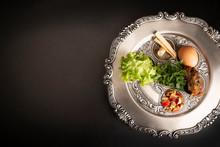 Seder, Kolacja Z Okazji Paschy.  Sederowy Talerz Na Ciemnym Tle