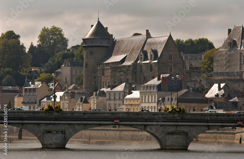 Foto  Laval, France, Castle and bridge crossing on the river