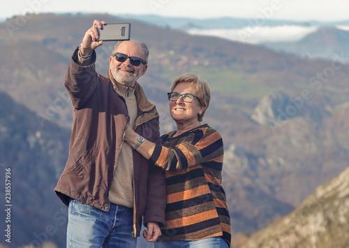 Photo pareja de jubilados disfrutando de ruta de  senderismo por asturias