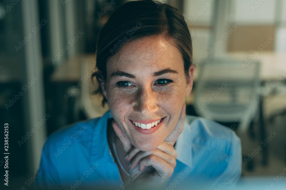 Fototapety, obrazy: Portrait of a smiling woman