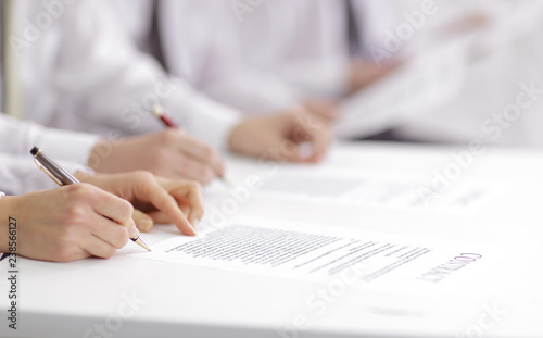 Fotografía  close up. business team studying the terms of the contract