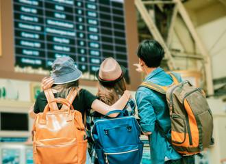 koncept putovanja.grupa prijatelja putnika s brojačima triketa i pozadinom tablice vremena.