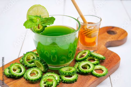Fotografiet Juice of bitter gourd with raw and sliced bitter gourd