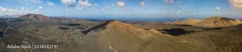 Vista aerea di  Timanfaya, parco nazionale, Caldera Blanca, vista panoramica di vulcani, montagne, vigneti, terreno, natura selvaggia, Lanzarote, Isole Canarie, Spagna Tapéta, Fotótapéta