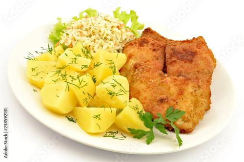 ryba smażona z ziemniakami i surówką