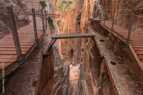Photo  Caminito del rey, old and new way with canyon in background from nature parkland