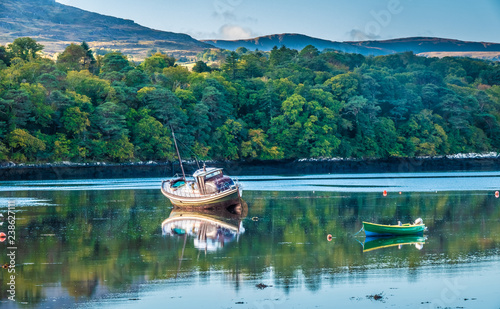 Photo The harbour of the charming small town of Kenmare (the little nest), on the ring of kerry and the ring of Beara, in the south of County Kerry, Ireland