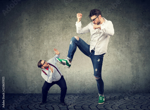 Fotomural  Little businessman being crushed by a giant hipster guy