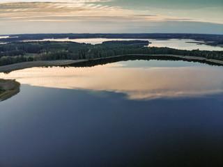 Ogromna panorama jeziora i dzikiej przyrody