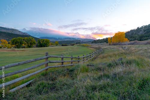 Spoed Foto op Canvas Khaki A fence leads into a sunset