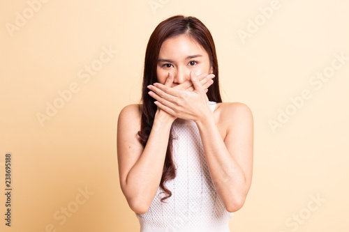 Photo  Beautiful young Asian woman close her mouth.