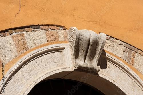 Fotografia, Obraz  Stone Arch with old Keystone - Verona Italy