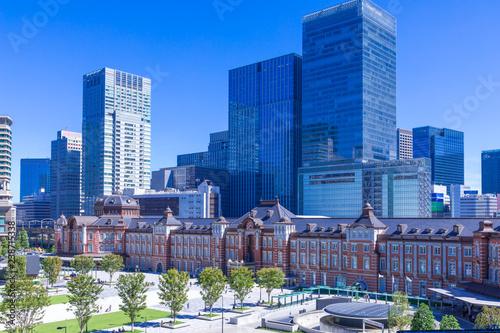 (東京都ー都市風景)青空の下の東京駅とビル群4 Wallpaper Mural